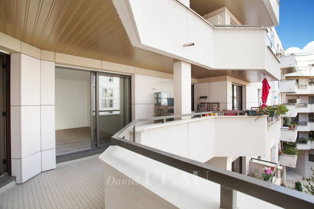 Paris 15th District – A 3-room apartment with a balcony