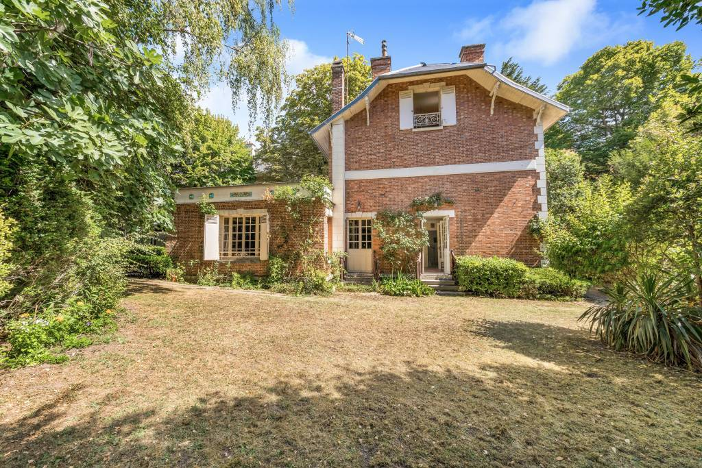 Saint-Cloud  -  A period family property with a garden