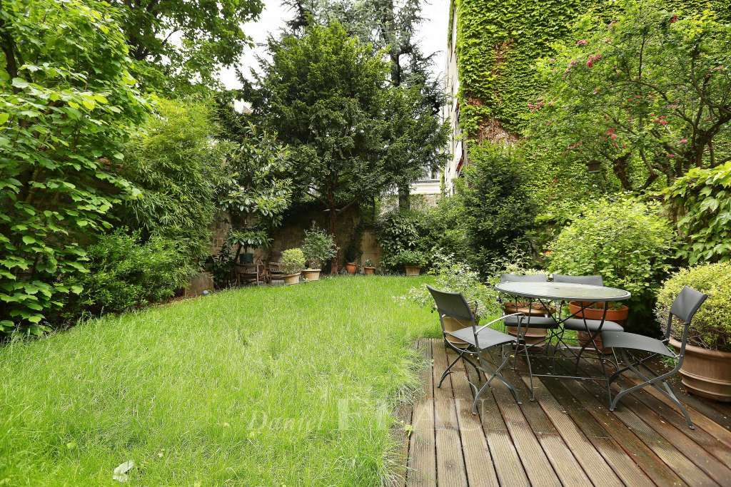 Neuilly-sur-Seine. A superb 300 sqm private mansion with a garden.