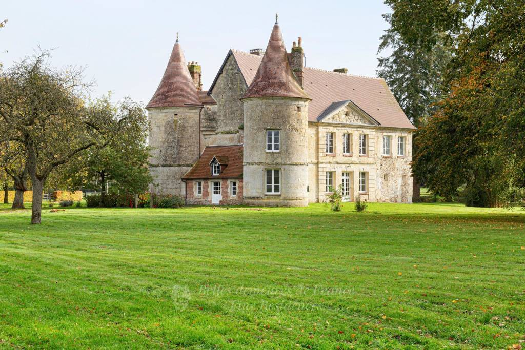 2h from Paris, in the heart of the Pays d'Auge area. A listed 16th /18th century chateau set in about 5 hectares