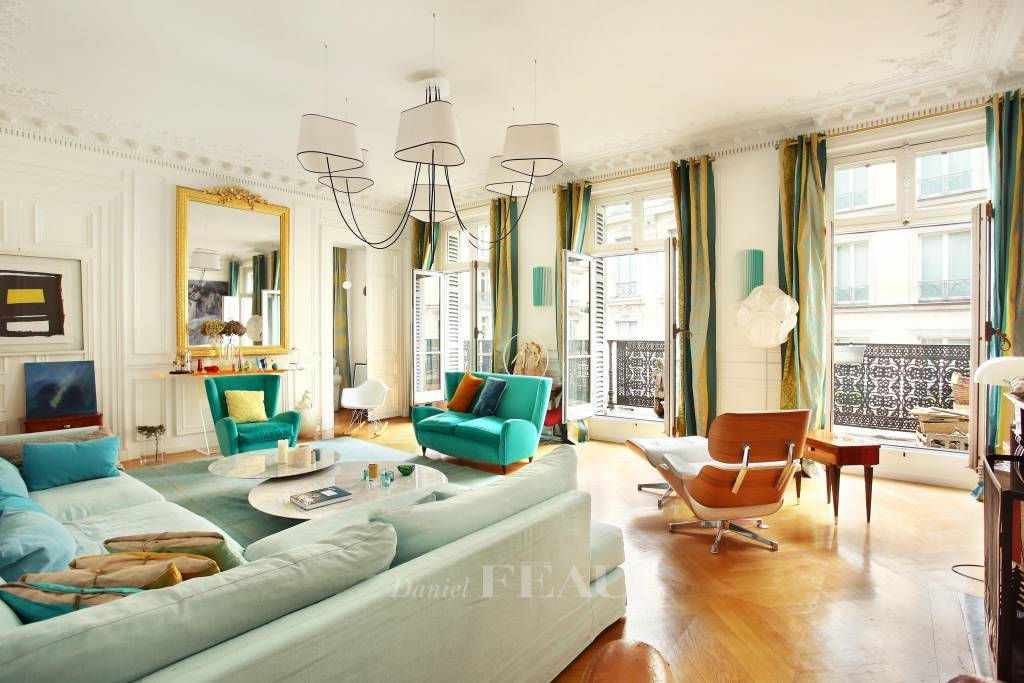 Salon, parquet, moulures, balcon
