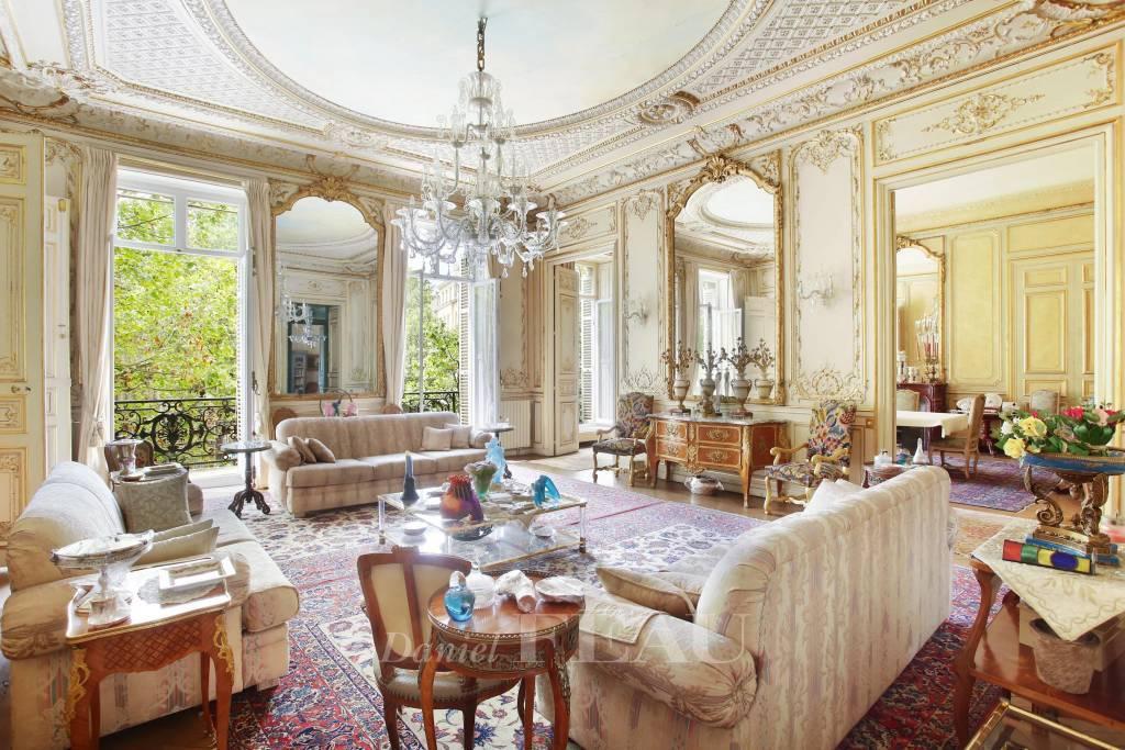 Salon avec vue sur le Parc Monceau, parquet point de Hongrie, moulures, haut plafond