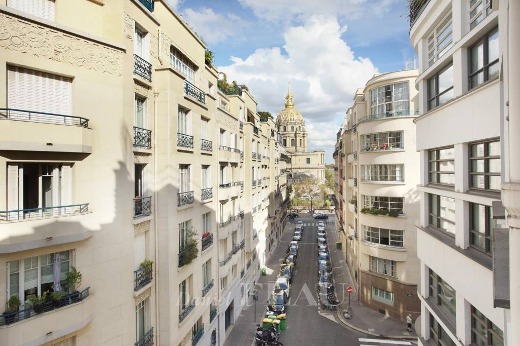 Paris 7th District – A bright pied a terre with balconies