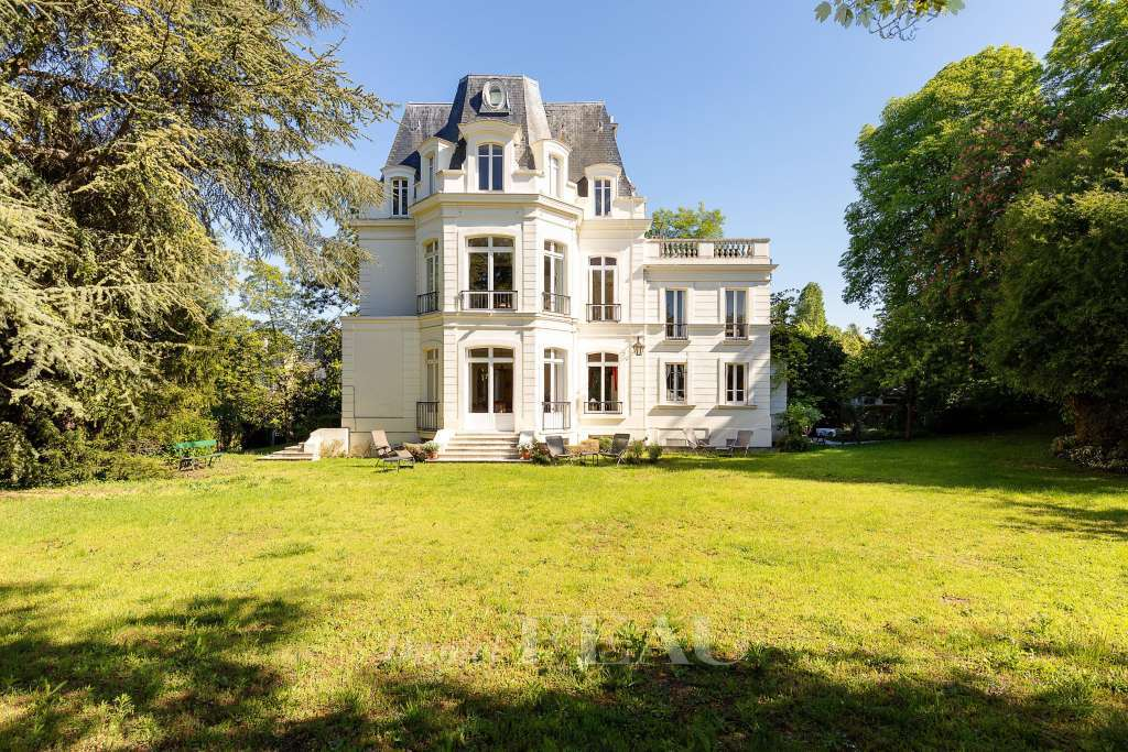 Saint-Cloud. A magnificent private mansion in landscaped grounds
