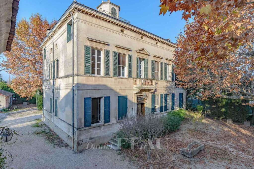 Alpilles area – An 18th century property with annexes