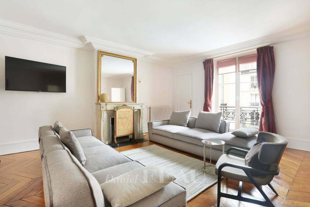 Paris 4th District – Place des Vosges - An over 100 sqm 2-bed apartment