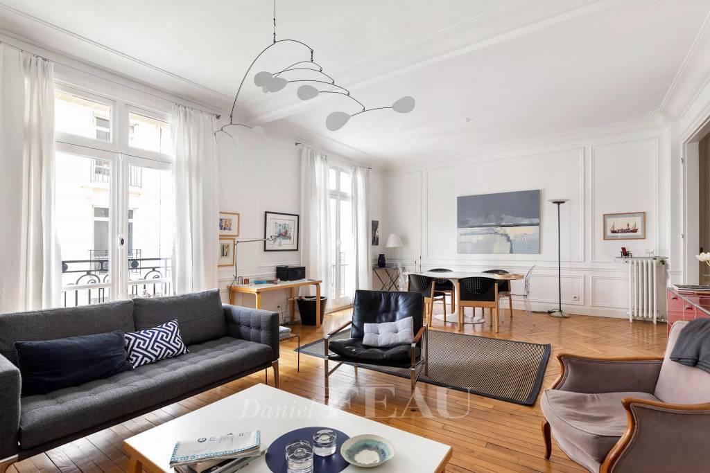 Paris 15th District – A floor through 2/3 bed apartment