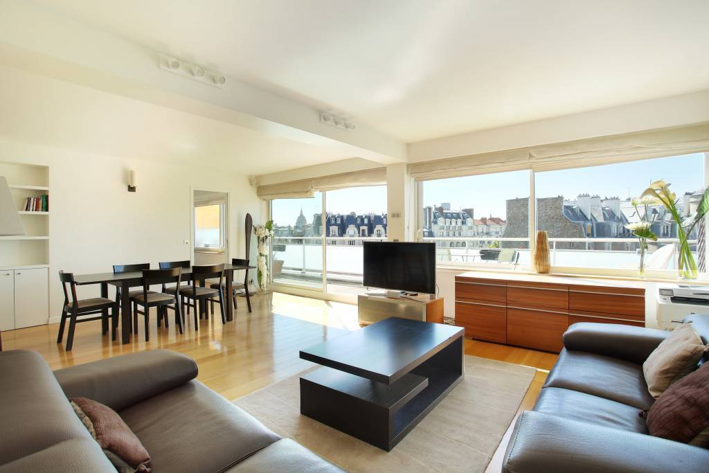 Paris 7th District – A furnished 3-bed apartment with a balcony