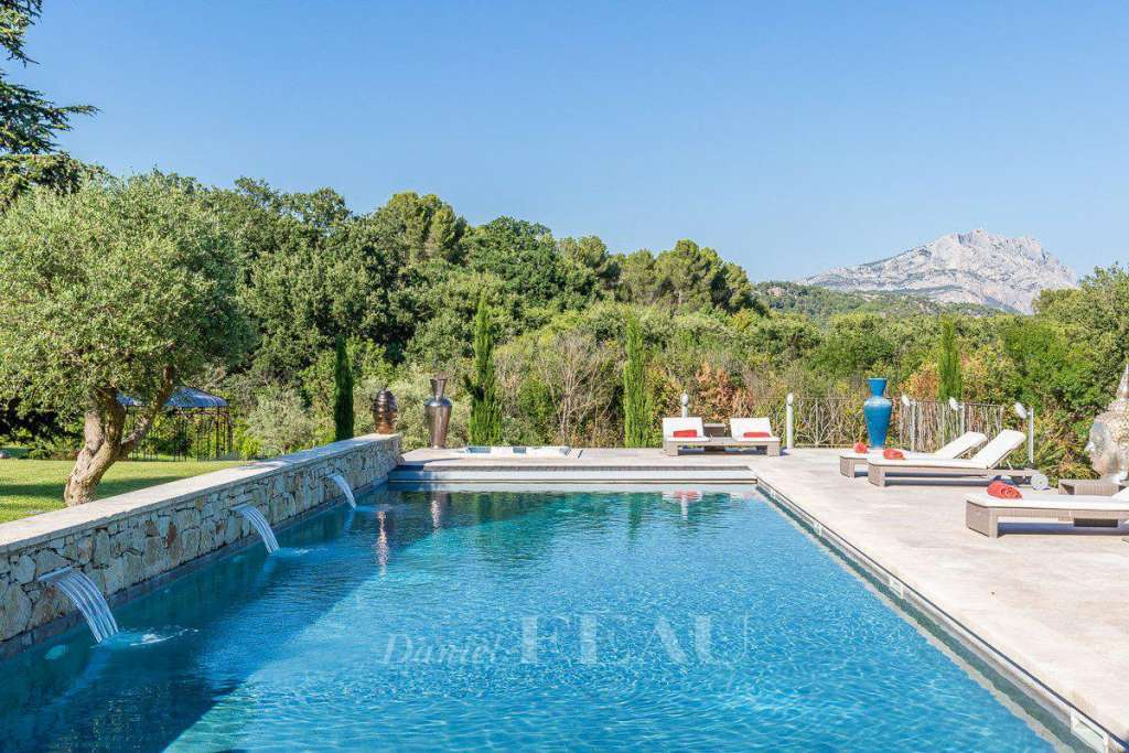 Le Tholonet – A property commanding a view of Sainte Victoire Mountain