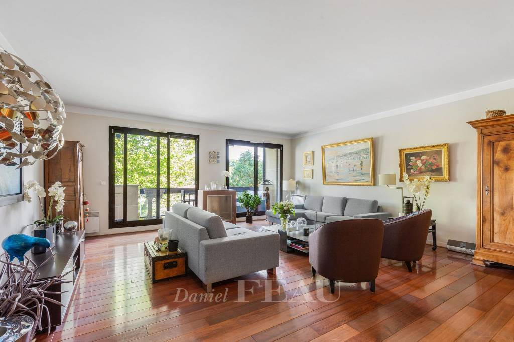 Neuilly-sur-Seine  -  A 4-bed family apartment with a balcony