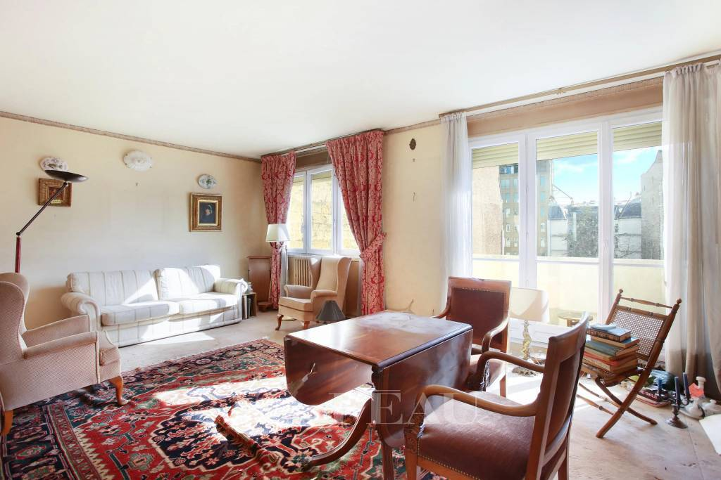 Neuilly-sur-Seine  -  A perfect pied a terre with a balcony