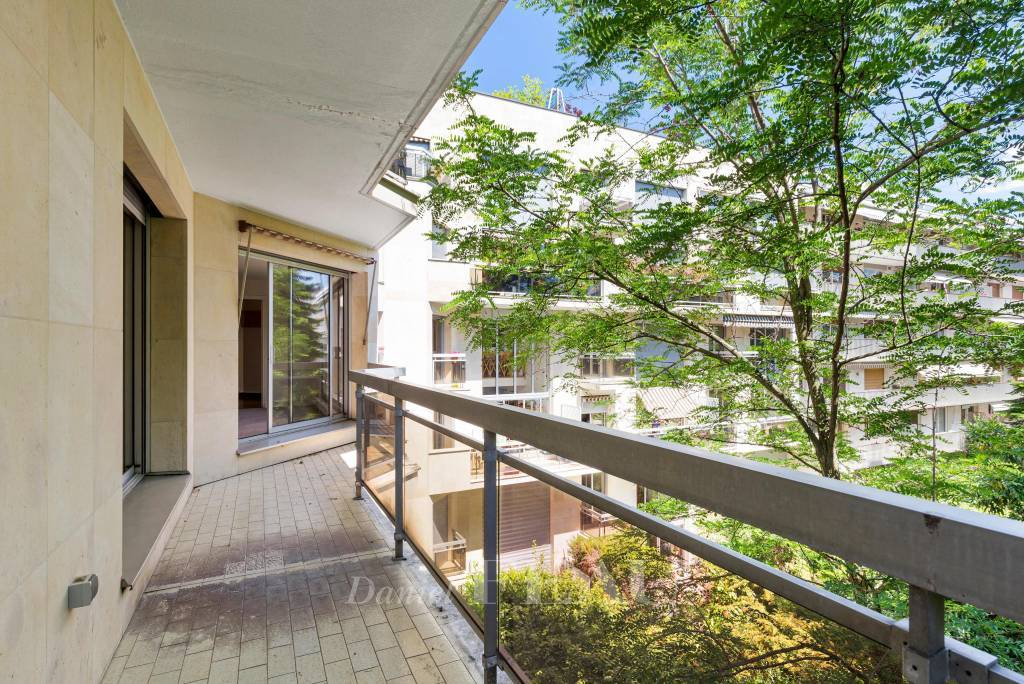 Neuilly-sur-Seine  -  A peaceful pied a terre with balconies