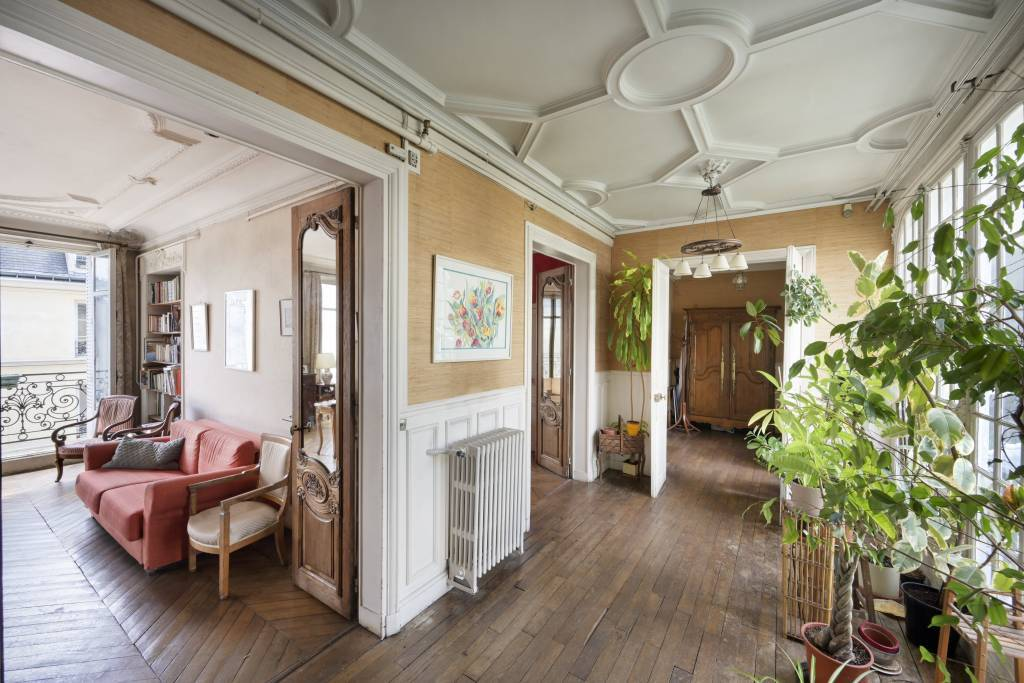 Paris 6th District – A spacious 4-bed apartment with a balcony