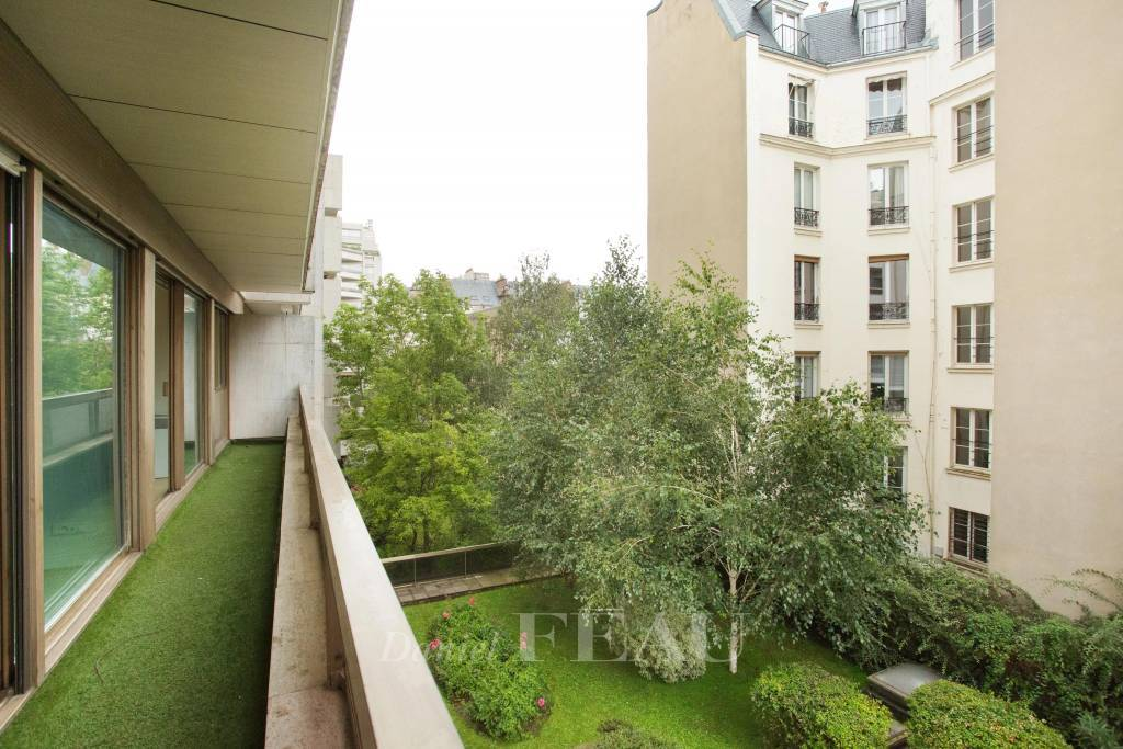 Paris 17th District – A bright and peaceful 3-bed apartment with a balcony