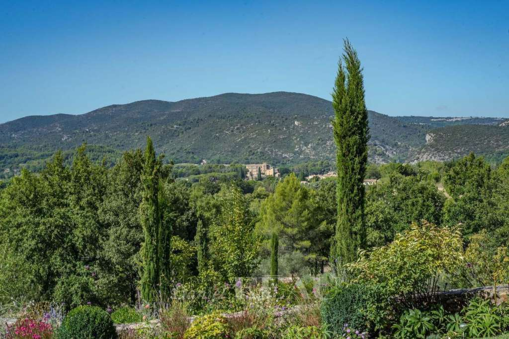 Lourmarin. A charming property enjoying a view