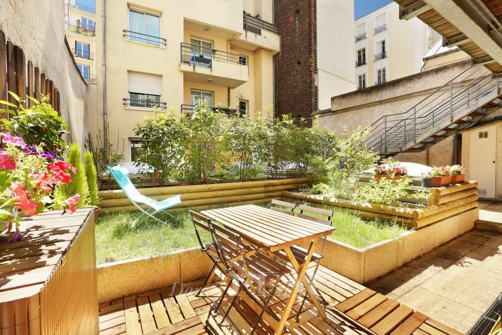 Private garden of 50 sqm with wooden terrace