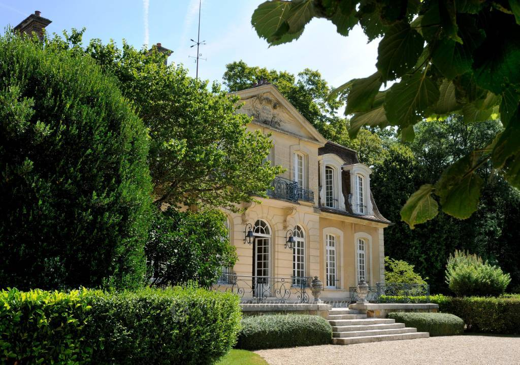Fontainebleau – An elegant 18th century chateau in mint condition. Entirely remodelled, and with a well-being area, a swimming pool and a tennis court. Set in 35 hectares with annex buildings.