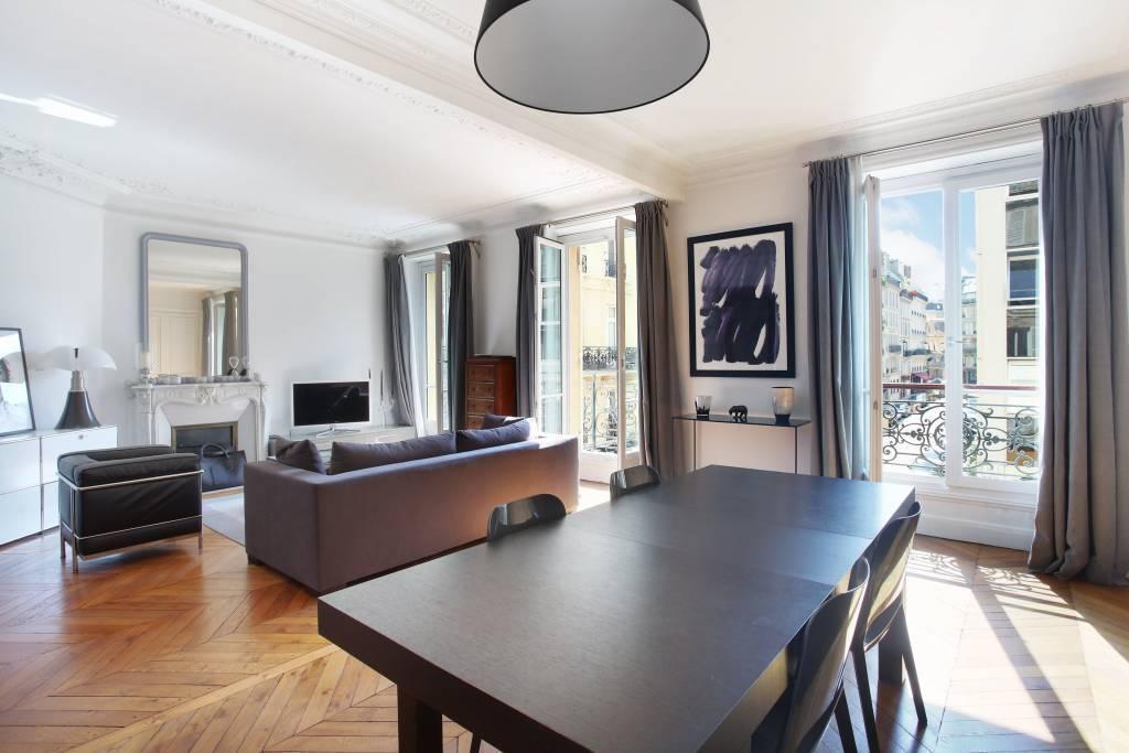 Salon et salle à manger, parquet point de Hongrie, moulures, cheminée, balcon filant