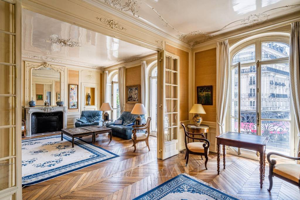 Paris 6th District – An 8-room apartment with a balcony