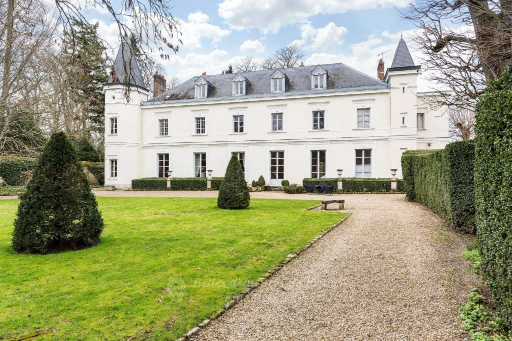 Fontainebleau – An elegant 18th century manor house. Listed, and set in 5700 sqm of enclosed grounds with annexes and a swimming pool