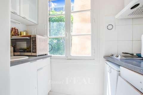 Agréable petite cuisine avec fenêtre.