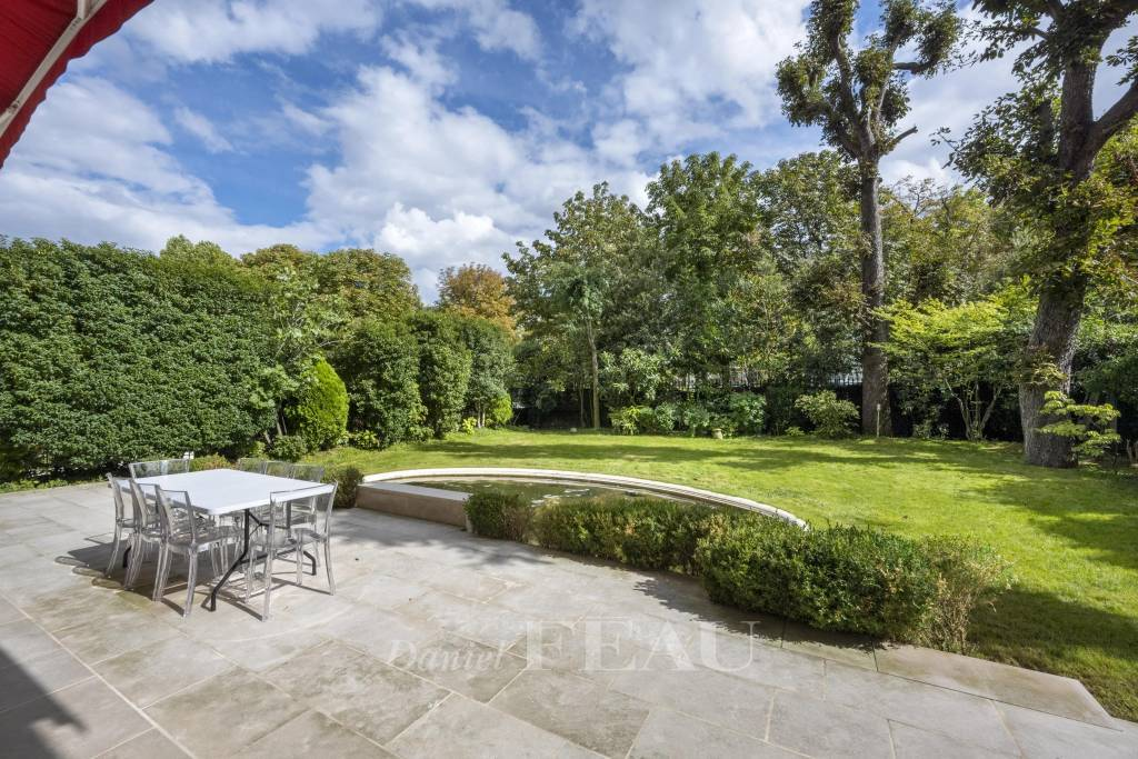 Neuilly-sur-Seine  - A magnificent apartment with a delightful garden