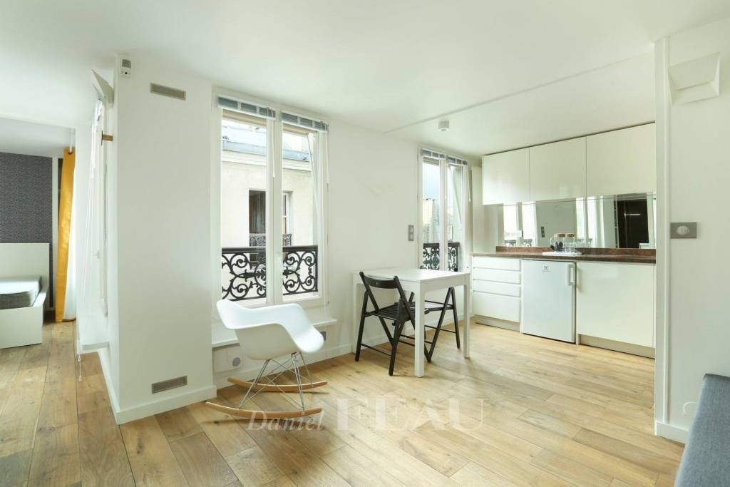 Paris 6th District – A bright two-room apartment rented furnished