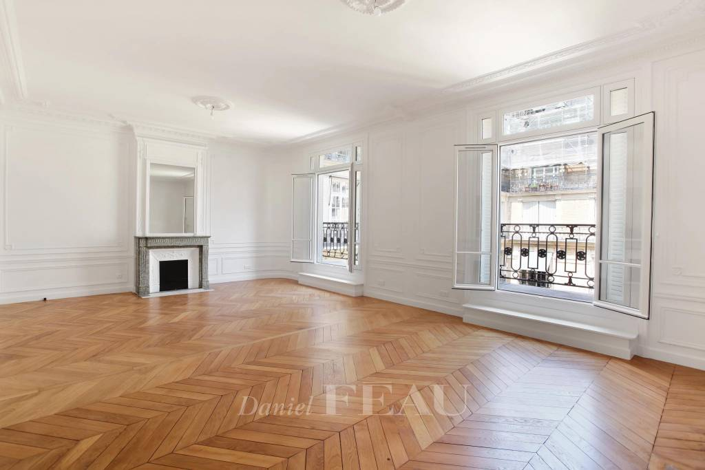 Paris 16th District – A renovated 2-bed apartment with a balcony