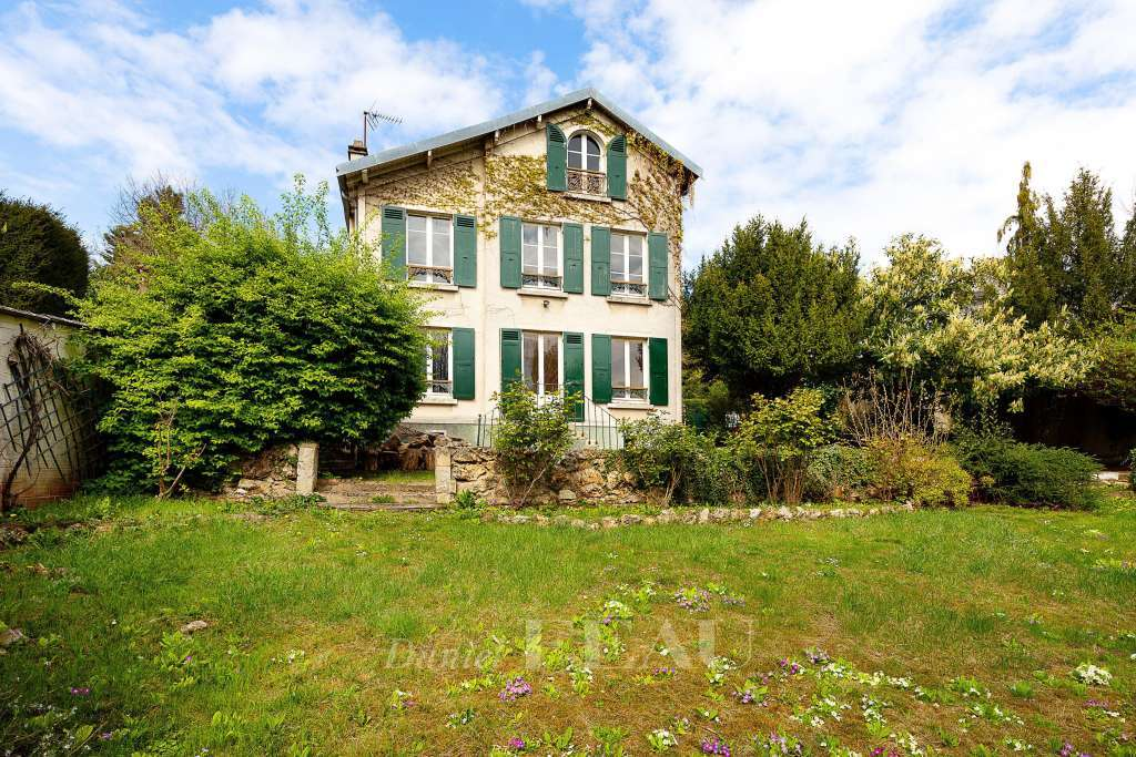 Sèvres – A charming family home with a garden