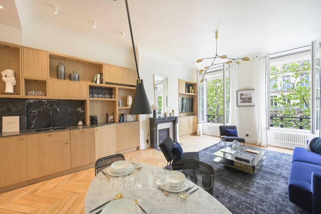 Salon avec cuisine ouverte, cheminée