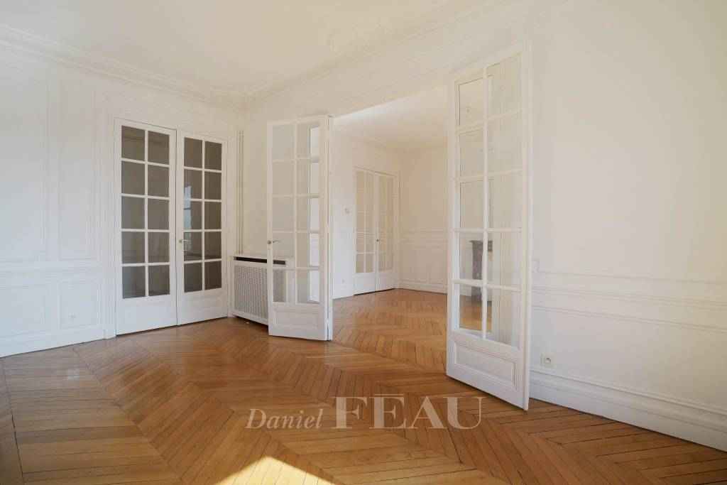 Paris 7th District – A bright 2-bed apartment with a balcony