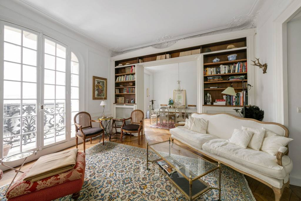Paris 17th District – A near 110 sqm family apartment rented unfurnished.