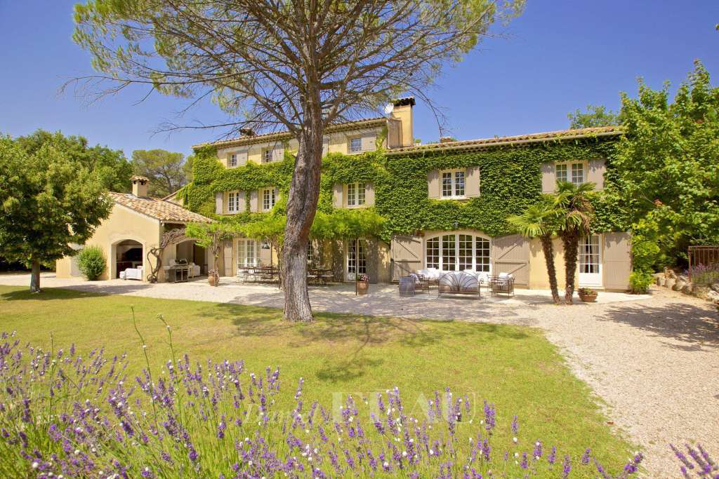Aix-en-Provence area. A delightful property in beautiful gardens