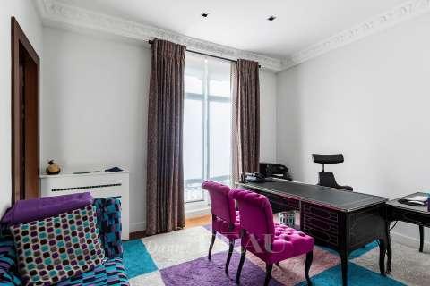 Study, carpet floor, mouldings
