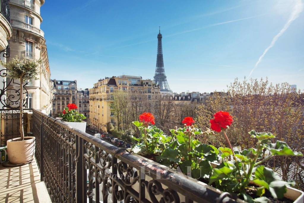 Paris 16th District – A bright and peaceful 4-bed apartment with a balcony