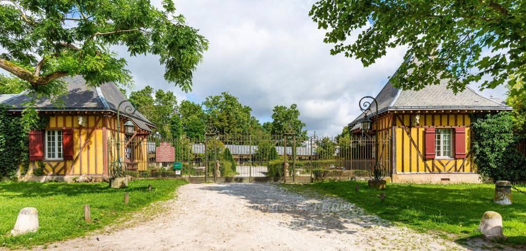 Au sein du parc de Maisons-Laffitte, remarquable propriété équestre, commanditée par le millionnaire américain Frank Jay Gould au début du XXème