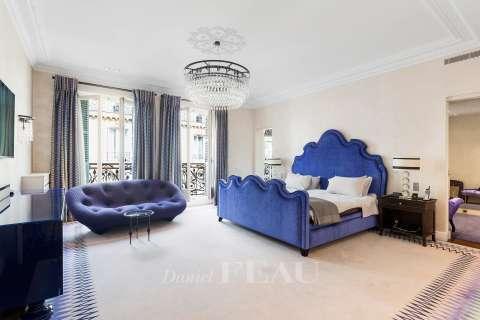 Bedroom, carpet floor, mouldings