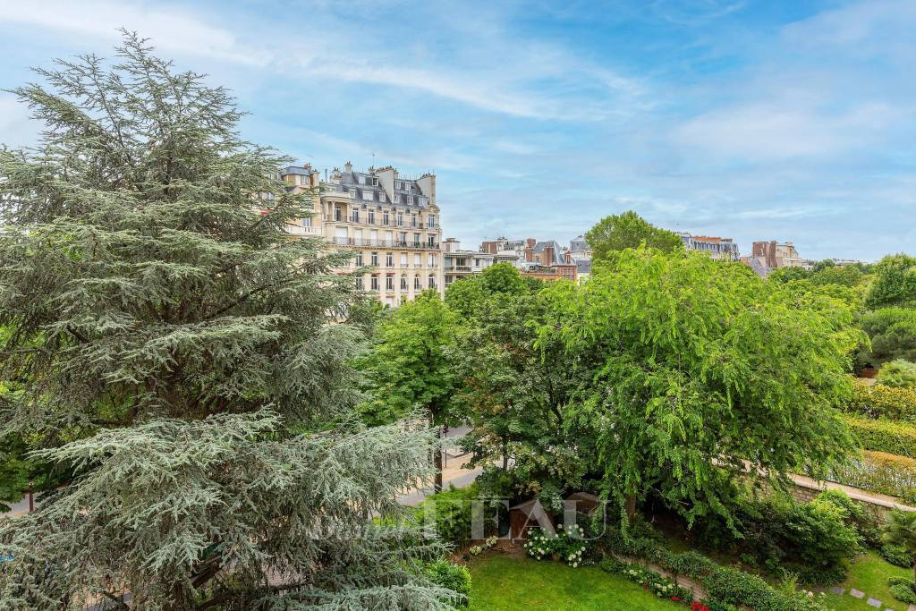 Neuilly-sur-Seine  -  A bright apartment with a terrace and a balcony