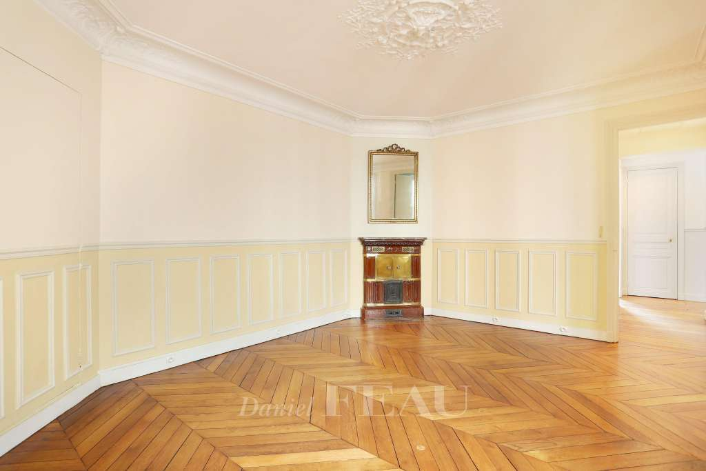 Paris 7th District – A peaceful and elegant 4-room apartment.