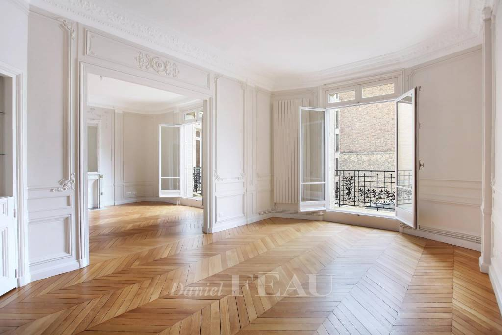 Paris 16th District – A renovated 3-bed apartment with balconies