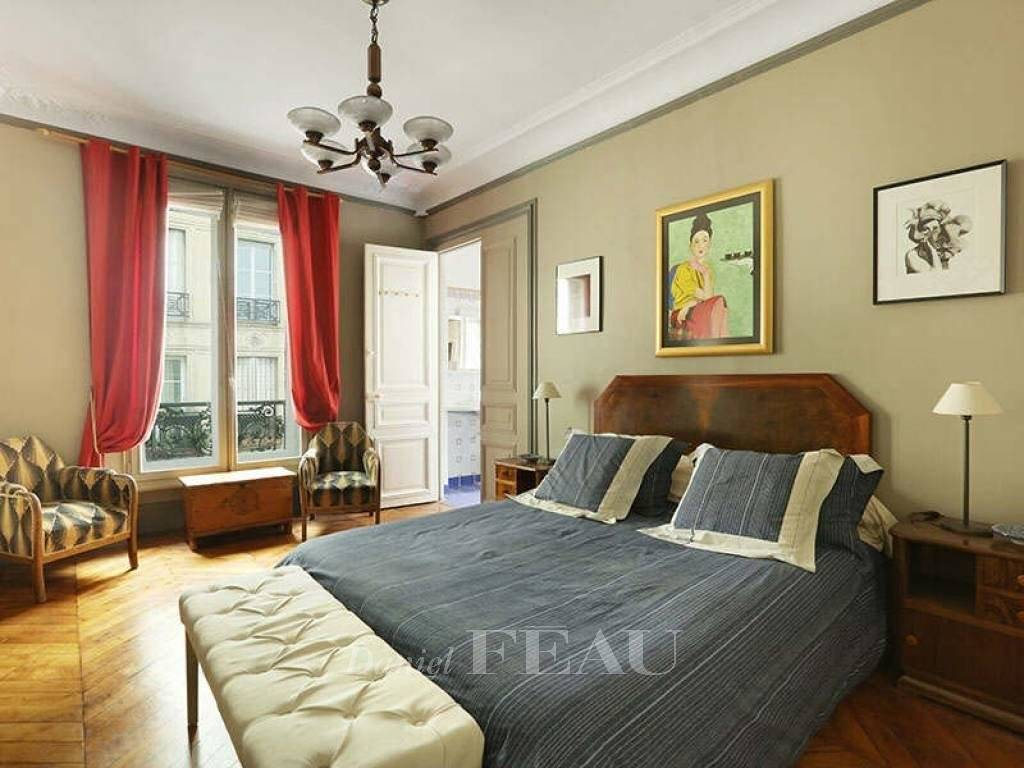 Paris 9th District – A furnished 4-room apartment