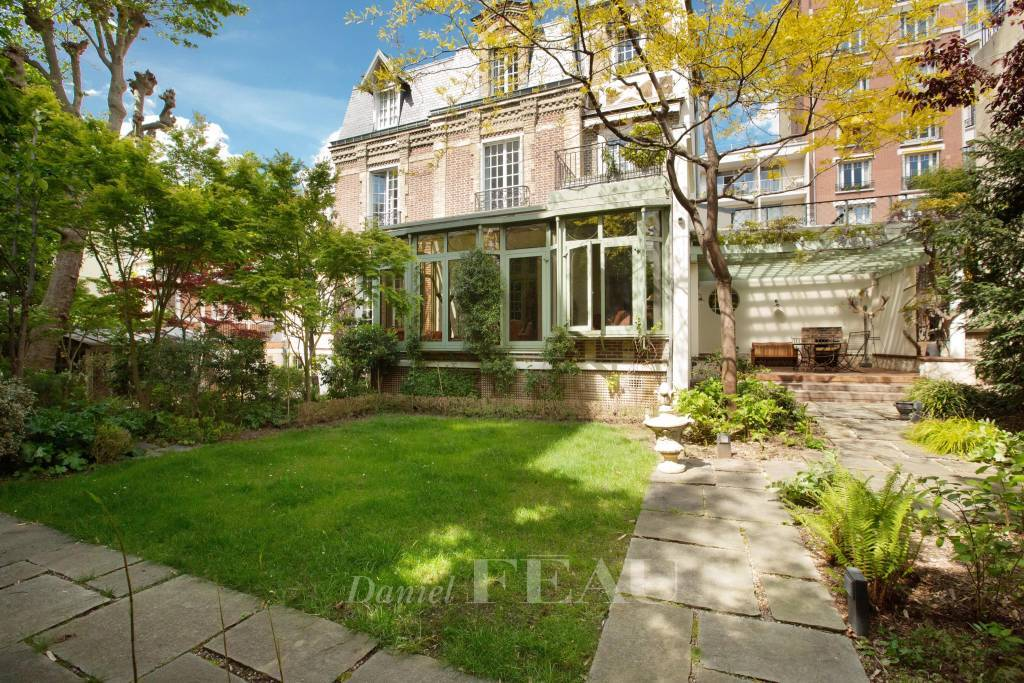 Neuilly-sur-Seine  -  A magnificent property with a garden