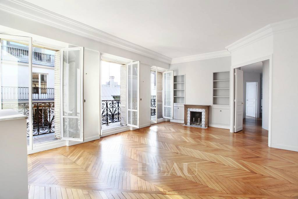 Paris 6th District – An elegant 4-bed apartment with a balcony