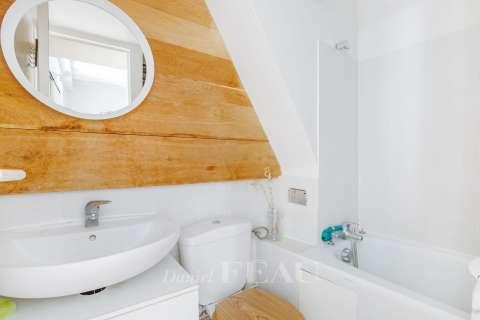 Salle de bains avec toilettes.