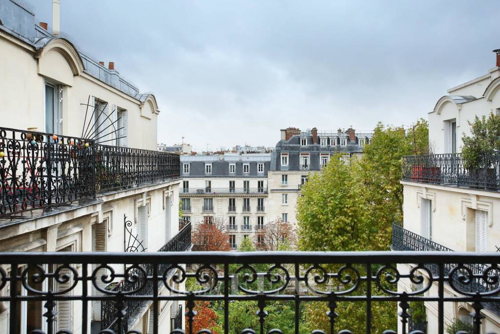 Paris 17th District – A renovated 2-room apartment rented furnished