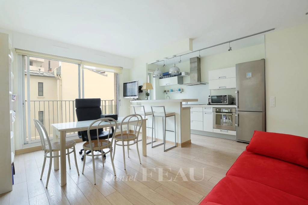 Neuilly-sur-Seine. A bright south-facing studio apartment