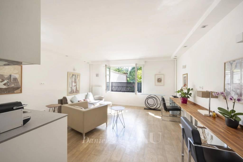 Saint Mandé – A floor through apartment facing the woods
