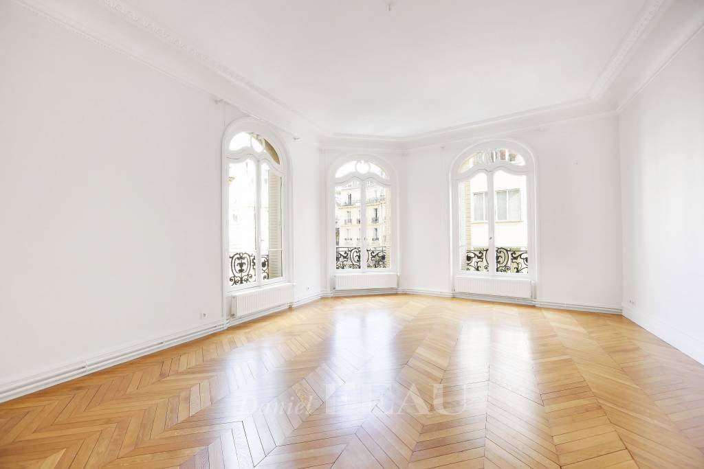 Paris 16th District – A 4/ 5-bed apartment in a prime location