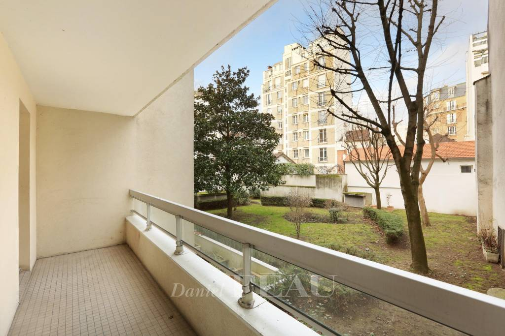 Paris 16th District – A renovated 90 sqm three-bed apartment