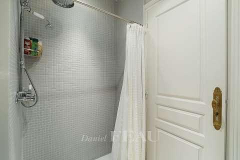 salle de douche-toilettes